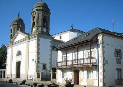 Iglesia y plaza de Santa María.
